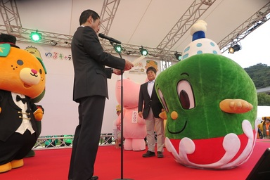 中村知事より表彰を受ける檜垣社長といまぞう君.JPG