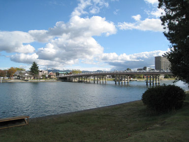 瀬田の唐橋を望む。